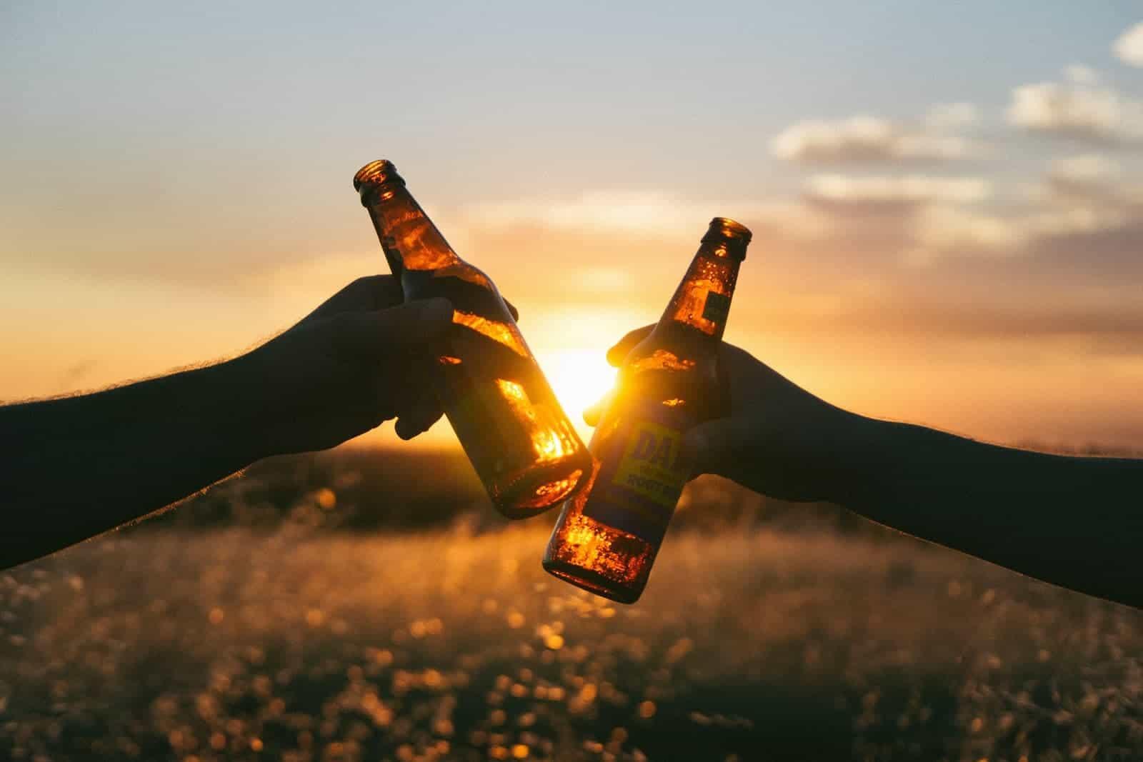 atardecer cerveza botellas