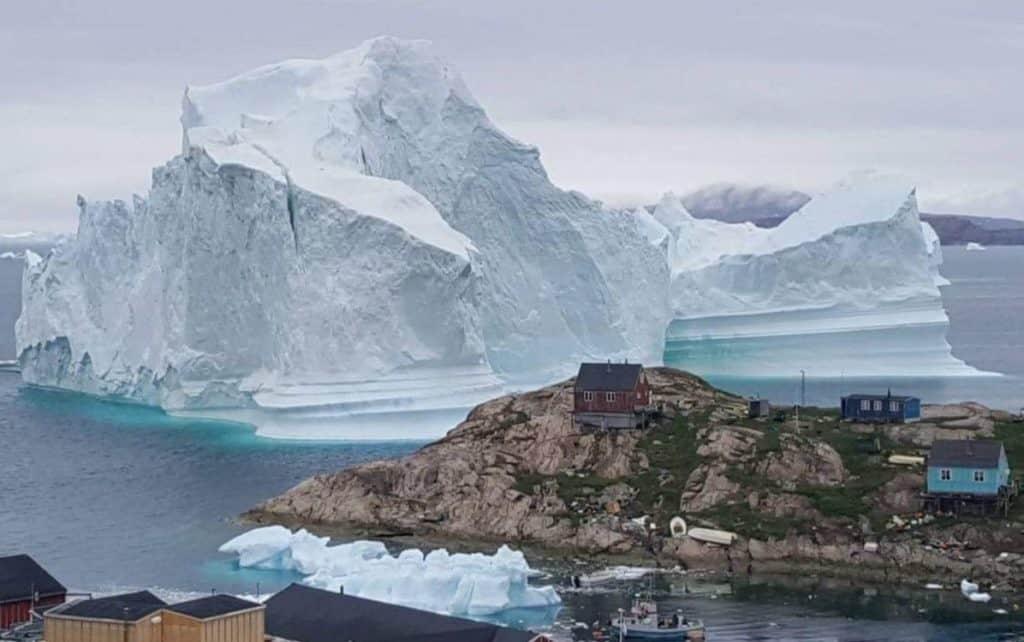 Iceberg gigante se desvía hacia una ciudad de Groenlandia creando temores sobre posible tsunami