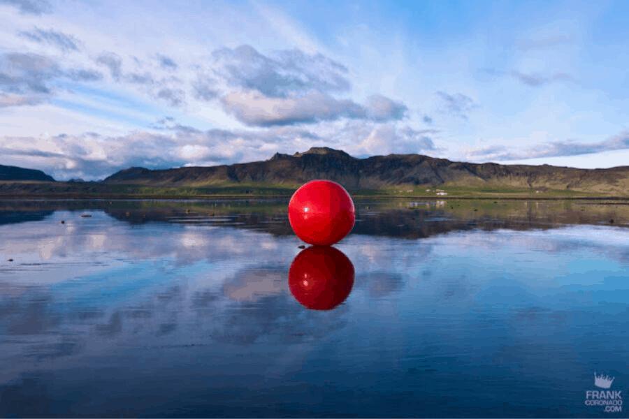 """""""Usted no está aquí"""": el proyecto fotográfico que interviene paisajes con el punto rojo de la ubicación geográfica"""