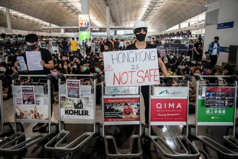 Tensión en Hong Kong: prenden fuego a un hombre por discutir con manifestantes