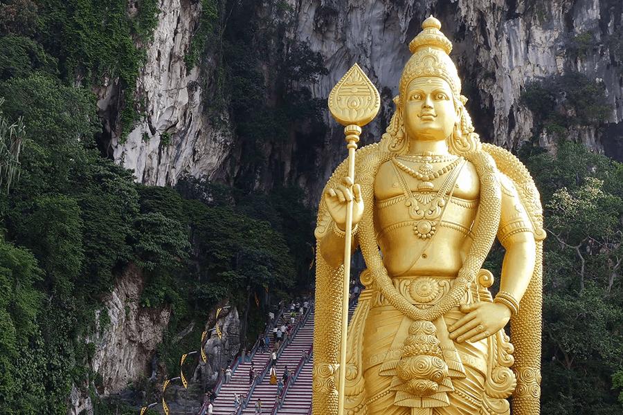 Imagen Cómo Llegar A Las Cuevas De Batu Videoblocks Lord Murugan Statue At The Entrance Of Batu Caves In The Suburbs Of Kuala Lumpur Malaysia Hbpp12Teb Thumbnail Full01