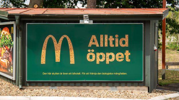 McDonald's está instalando vallas publicitarias que funcionan como pequeños hoteles para las abejas