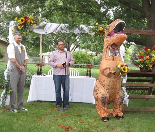 Dama de honor se viste como dinosaurio Rex para la boda de su hermana