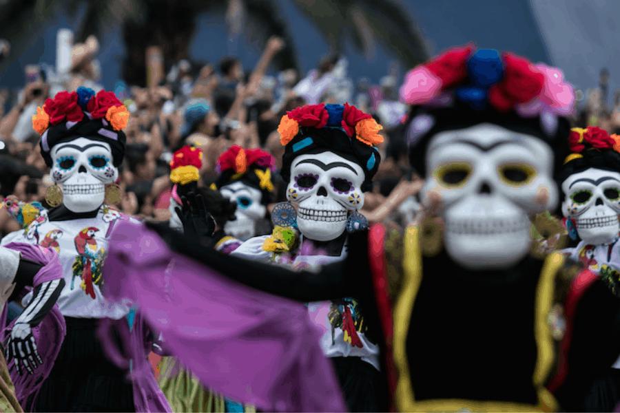 Una horrorosa fiesta en México: Cientos de calaveras humanas participaron del Desfile Internacional de Día de Muertos