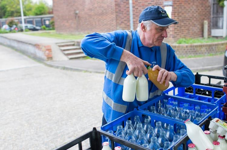 El oficio del lechero vuelve a Londres para reducir el consumo de envases de plástico