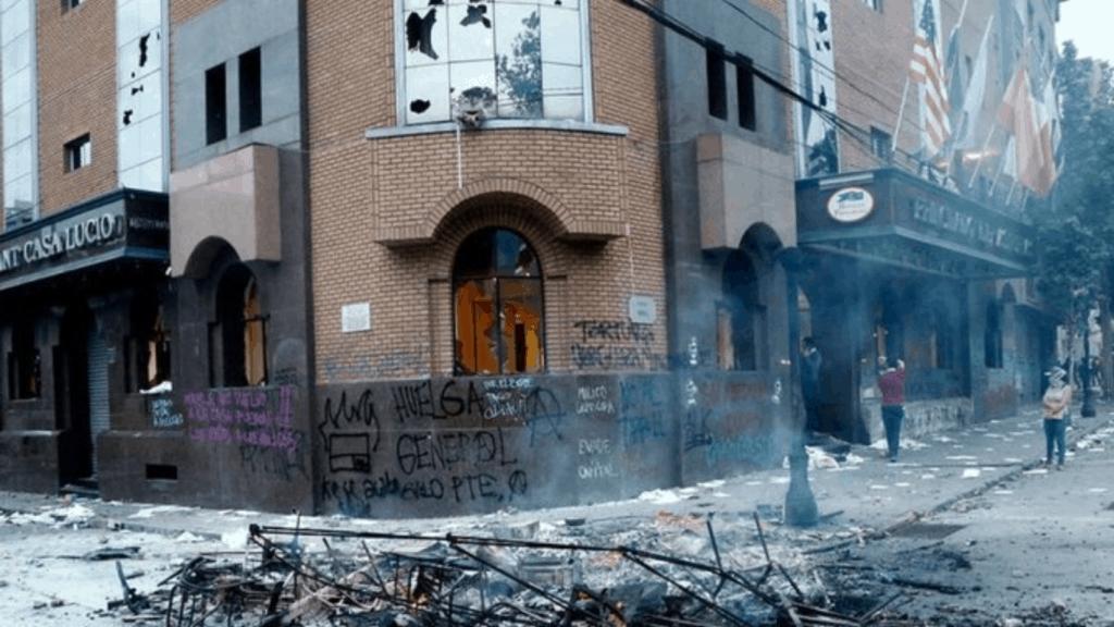 [Video] Drama en Chile: manifestantes saquearon un hotel y desalojaron a sus huéspedes