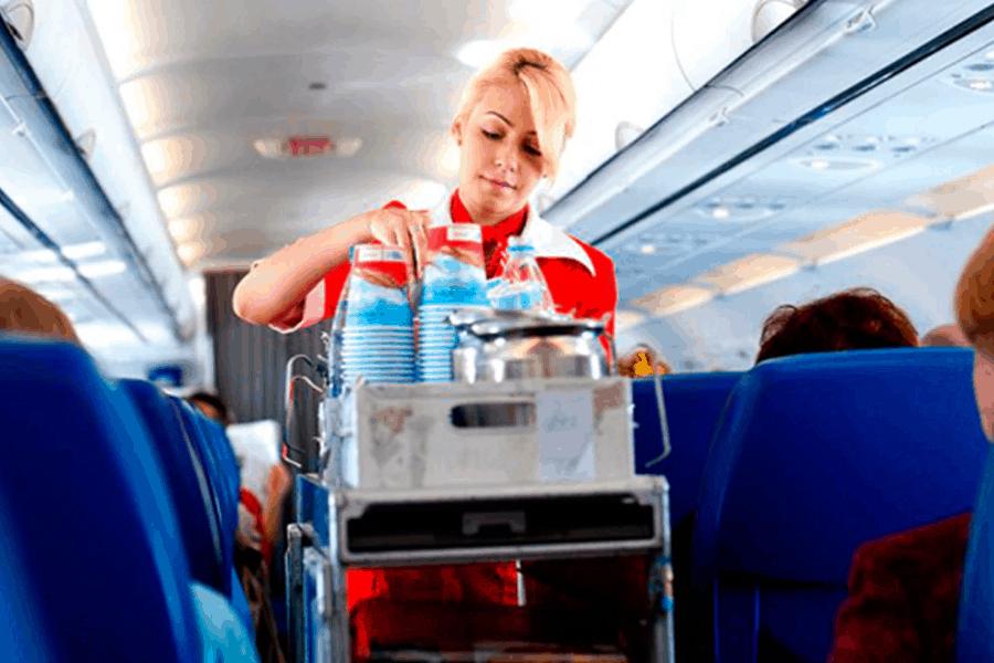 3 razones por las que NO deberías tomar agua ni lavarte las manos durante un vuelo