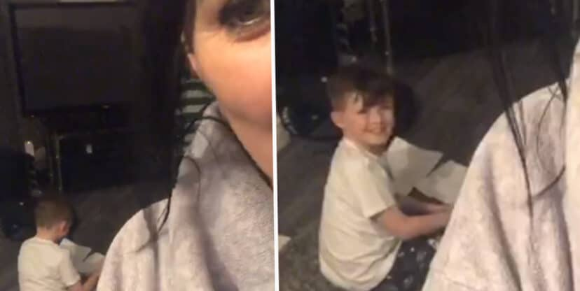 [Video] Un niño entró a un local a pedir prestada una tablet para poder hacer su tarea