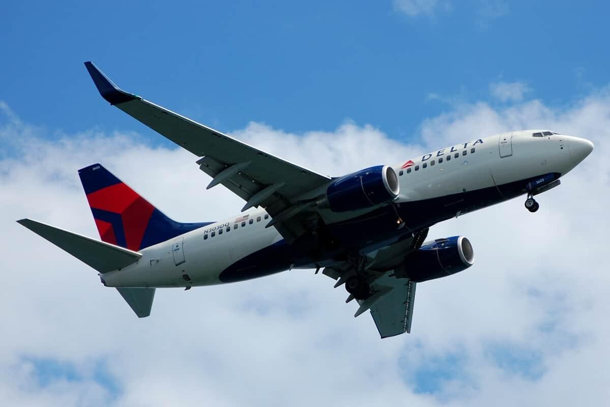 Delta_737-700_N303DQ (1)