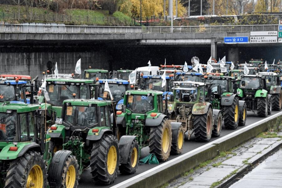 Francia: Las principales calles de París se llenaron de tractores por una protesta de campesinos