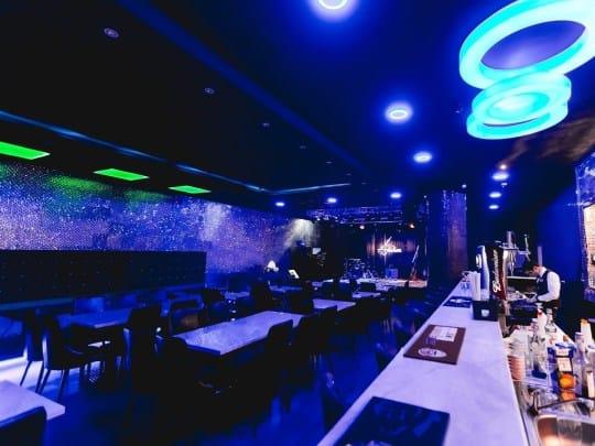 ¡Polémico! Un bar en Dubai ofrece bebidas gratis a las mujeres según su peso