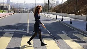 Crearon un bastón inteligente para gente no vidente: utiliza Google Maps y sensores para identificar el entorno