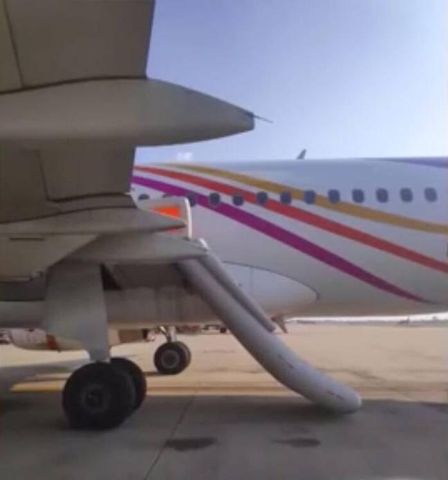 Pasajero borracho abrió la puerta del avión justo antes del despegue