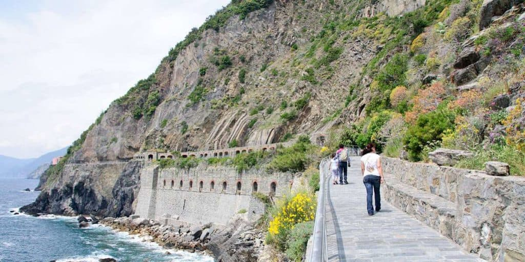 imagen cinque terre via dell amore approaching galleria. toppic