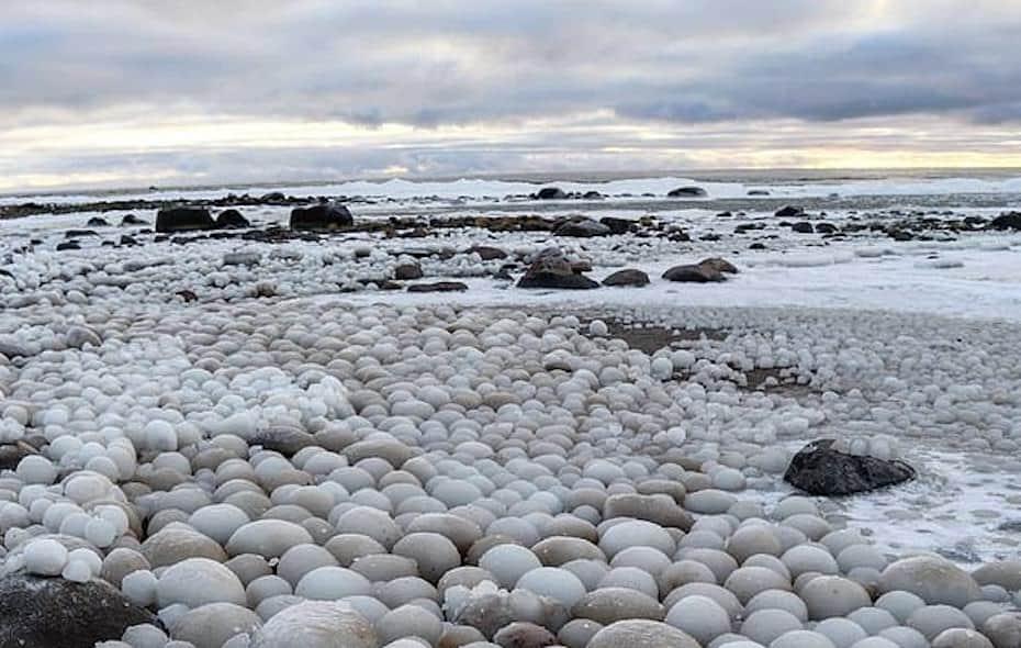 Extrañas bolas de hielo en forma de huevo aparecieron en una playa en Finlandia