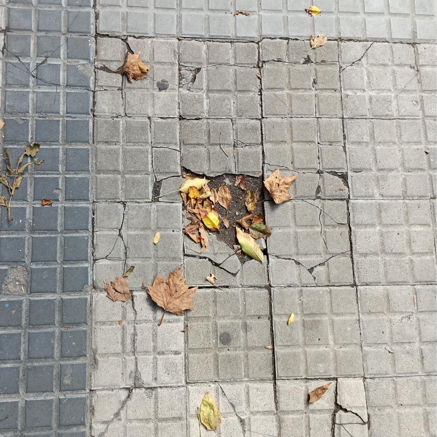 Sálvate si puedes: Un artista simuló un buscaminas con las baldosas rotas para advertir el peligro de las calles en mal estado