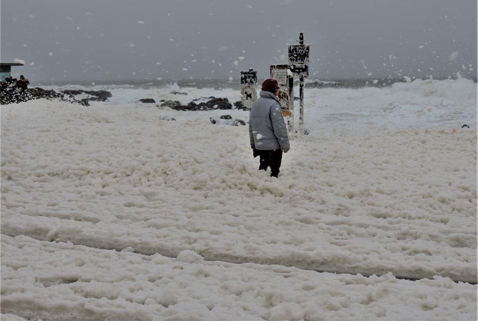 El mar francés se cubrió con una increíble espuma marina