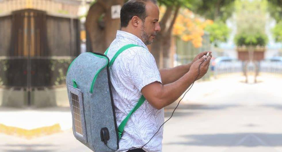 Jóvenes peruanos crean mochila con panel solar hecha a base de botellas 100% recicladas