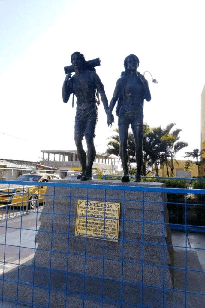 imagen Escultura homenaje a mochileros en Santa Elena Ecuador