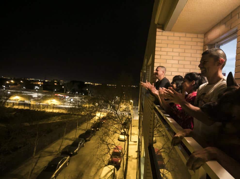 aplausos en los balcones de zaragoza de agradecimiento a la labor de los profesionales sanitarios en la crisis del coronavirus