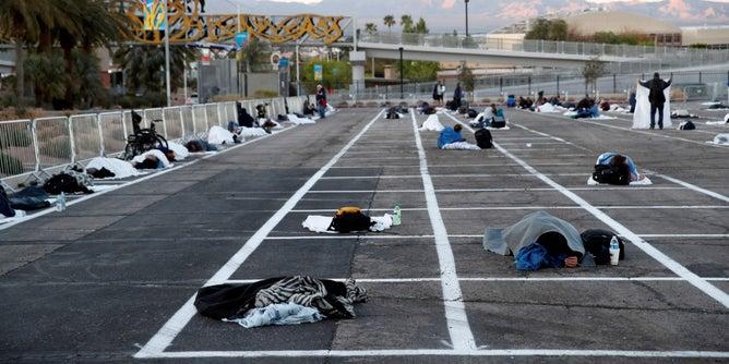 Las Vegas Mientras cientos de hoteles quedaron vacíos por falta de turistas, personas sin hogar duermen en las calles