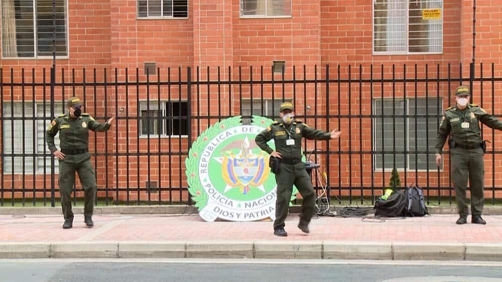 Polic%C3%ADa de Bogot%C3%A1 brinda clases de zumba desde la calle para entretener a las personas en confinamiento