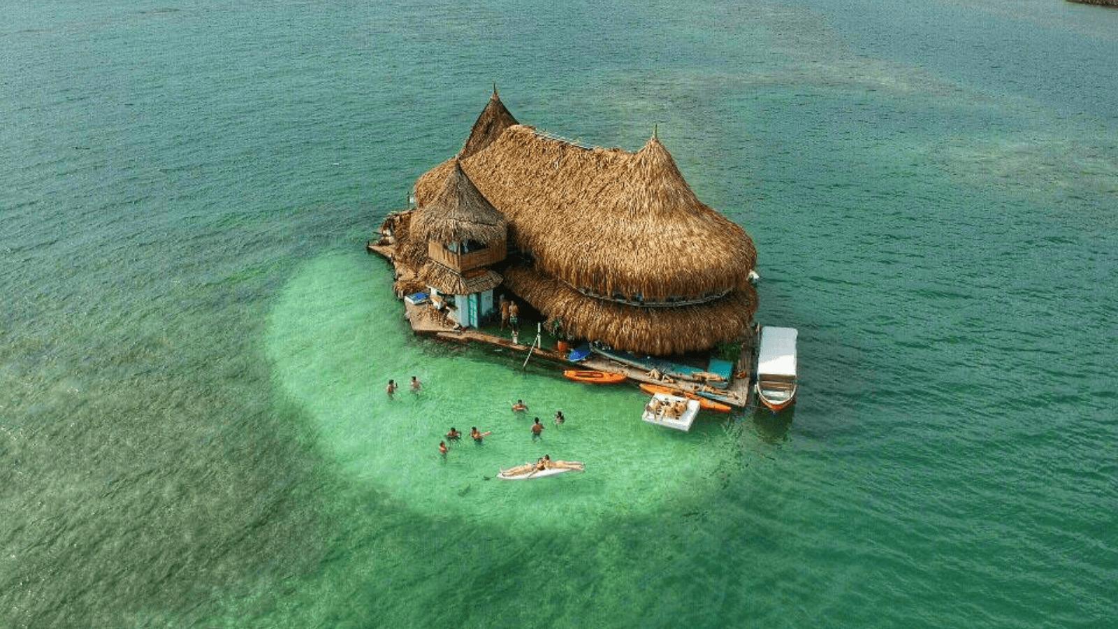 Descubre 'Casa en el agua' un eco-hostel colombiano rodeado completamente por el mar Caribe 1