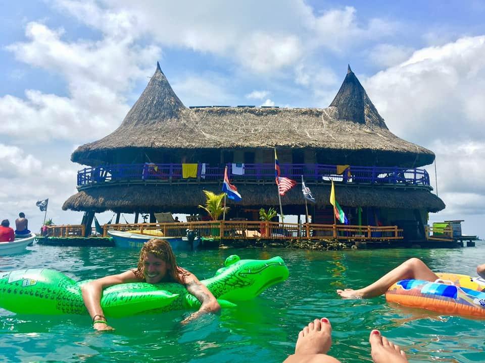 casa en el agua Descubre Casa en el agua un eco hostel colombiano rodeado completamente por el mar Caribe 10
