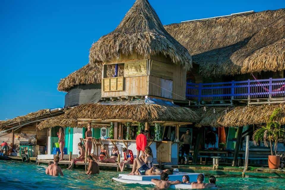 casa en el agua Descubre Casa en el agua un eco hostel colombiano rodeado completamente por el mar Caribe 4