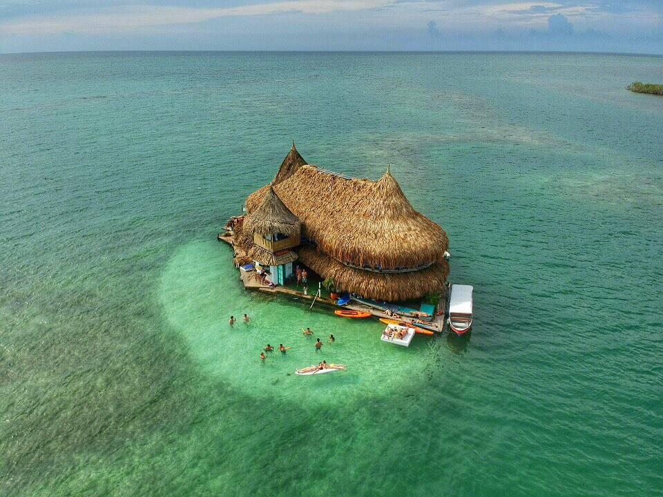 casa en el agua Descubre Casa en el agua un eco hostel colombiano rodeado completamente por el mar Caribe 6