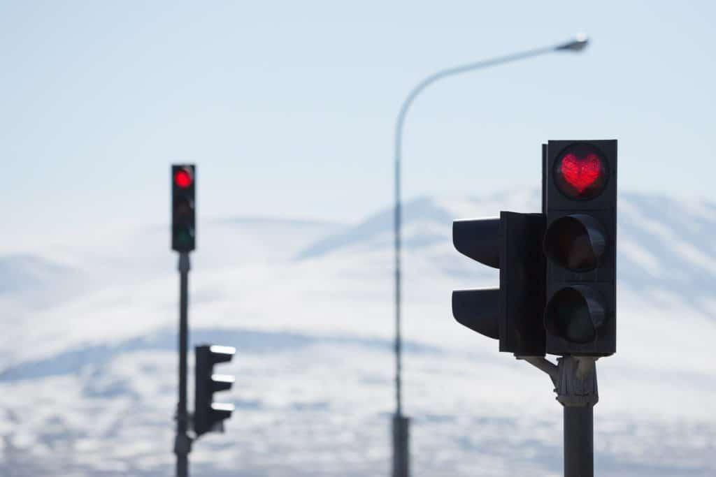 En Akureyri, Islandia, los semáforos en forma de corazón son un recordatorio diario para sonreír Islandia