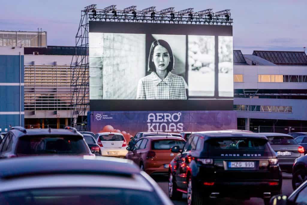 Aeropuerto de Lituania abre un autocine en su estacionamiento