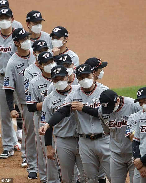 Imagen 28017870 8287509 Hanwha Eagles Players Wearing Face Masks Line Up During The Star A 14 1588664251384
