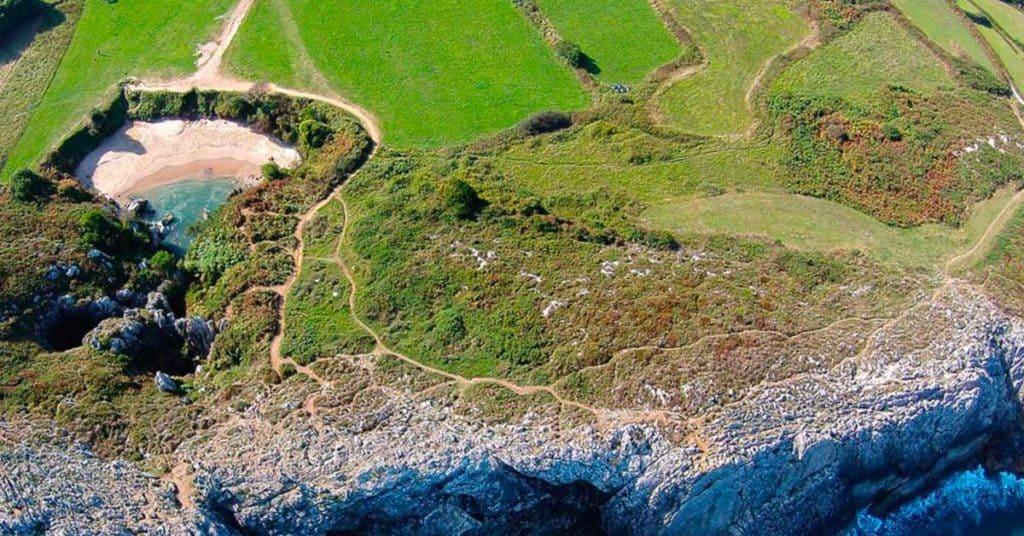 Conoce Gulpiyuri, la playa  escondida más pequeña del mundo