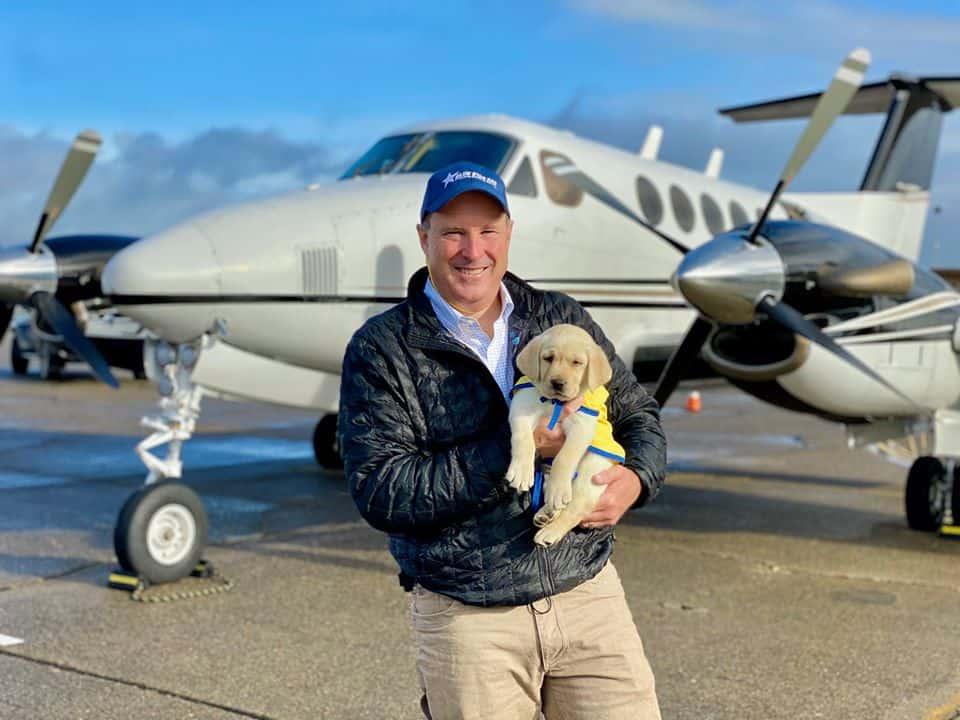 Pilotos voluntarios transportan cachorros por para que puedan comenzar a entrenar como perros de servicio
