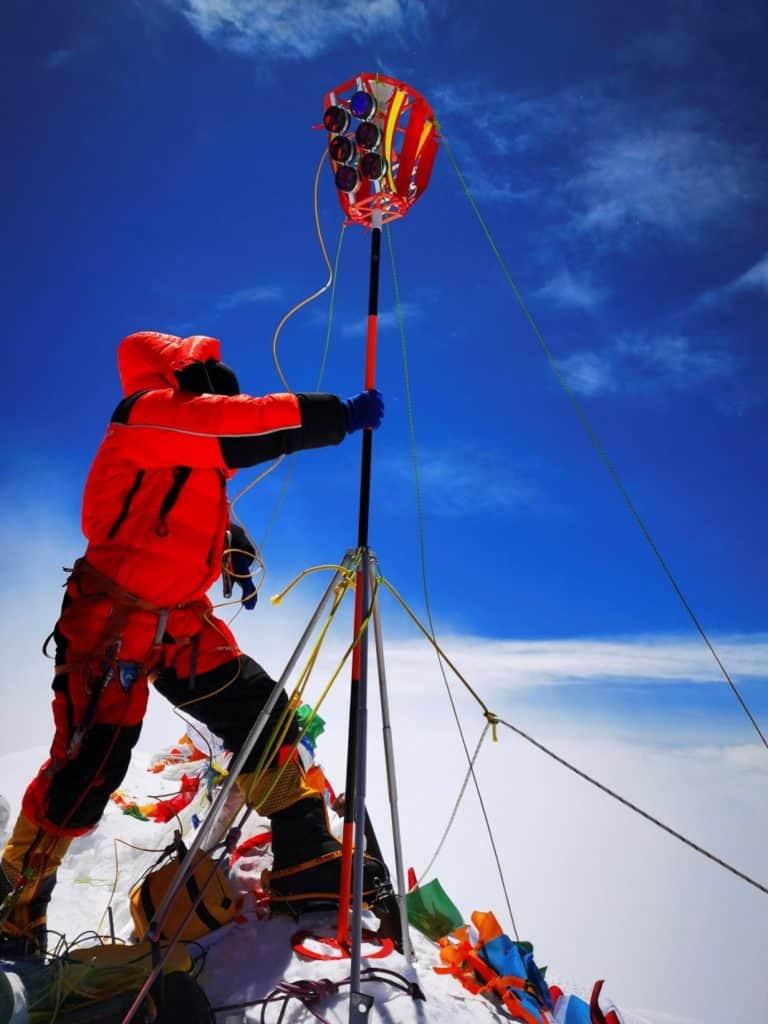 Instalaron una antena en el monte Everest para determinar con exactitud cuánto mide