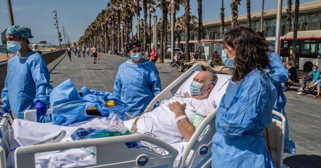 Llevan a los pacientes recuperados de Covid-19 a la playa como parte de su tratamiento