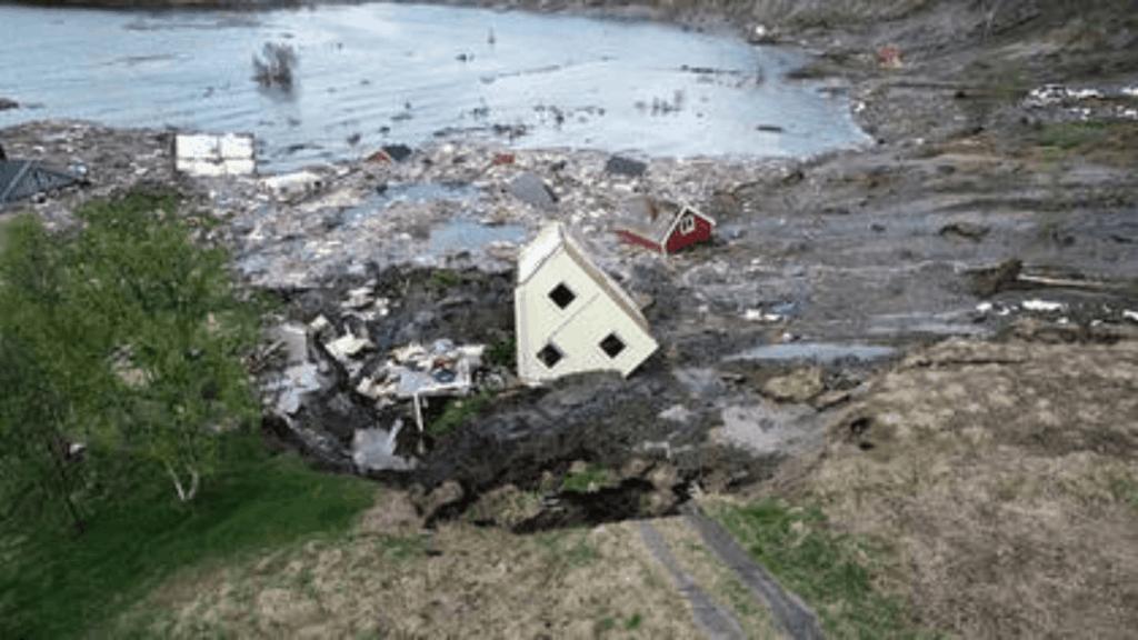 [Video] Un impactante deslizamiento de tierra arrasó con casas situadas en las costas de Noruega