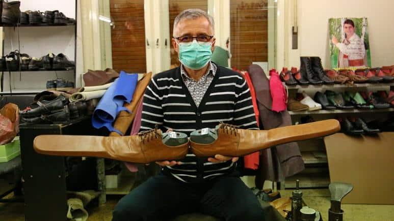 Un zapatero de la ciudad de Cluj, en Rumania, creó un exclusivo calzado para fomentar distanciamiento social