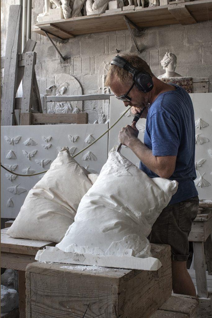 """Este artista noruego esculpe """"esponjosas"""" almohadas con bloques de mármol y los resultados son todo un desafío a los sentidos"""