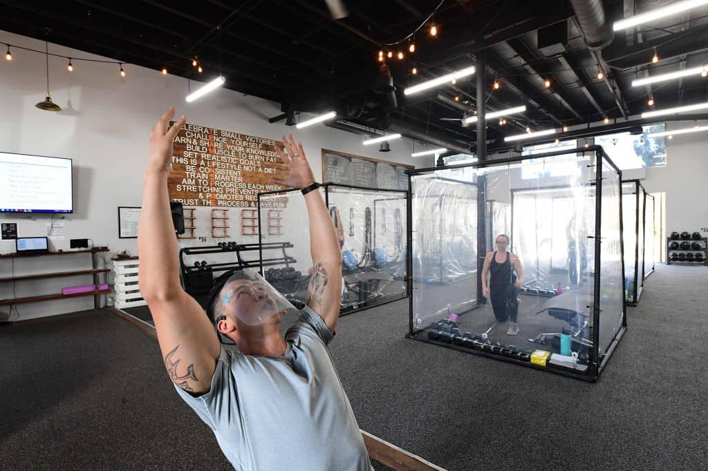 Los gimnasios de California reabrieron con cápsulas individuales para mantener el distanciamiento social