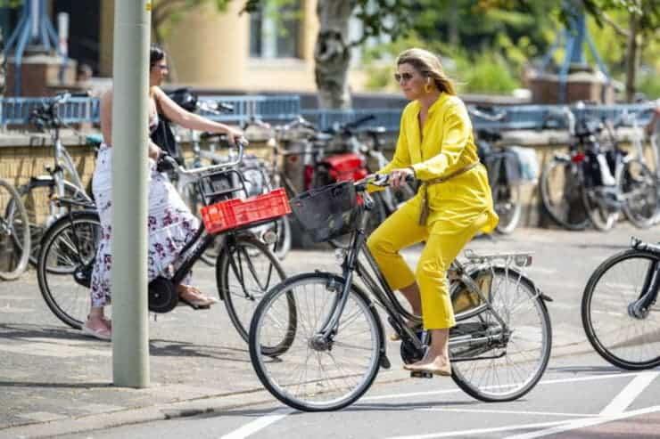 imagen Máxima de Holanda La reina M%C3%A1xima de Holanda eligi%C3%B3 una bicicleta como medio de transporte para asistir a la reapertura de un museo 2