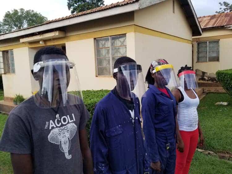 Startup en Uganda recicla botellas de plástico y las convierte en protectores faciales para hospitales