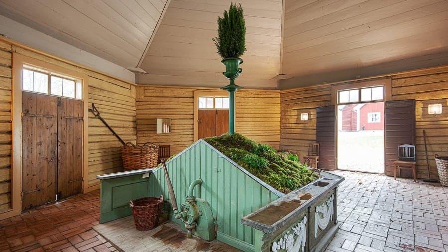 Suecia vende una aldea entera del siglo XVIII: incluye un hotel, un SPA, una embotelladora de agua de manantial y un bosque
