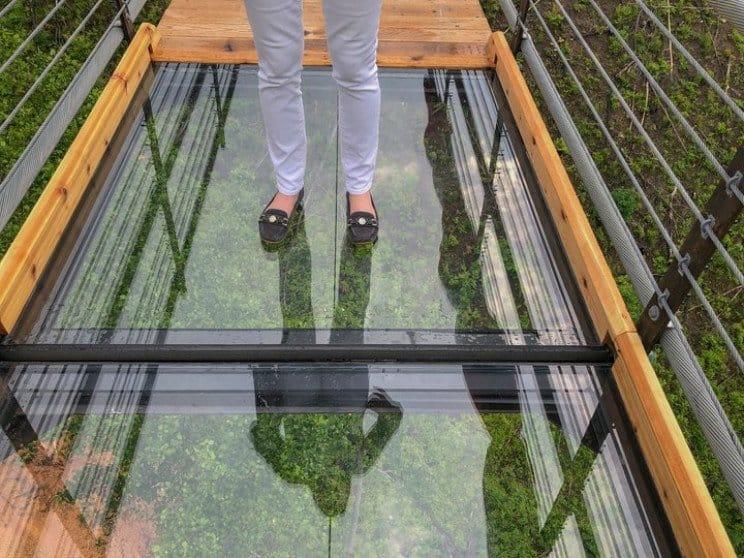 "Turista agrieta un panel de vidrio del SkyBridge de Gatlinburg después de deslizarse ""estilo béisbol"""
