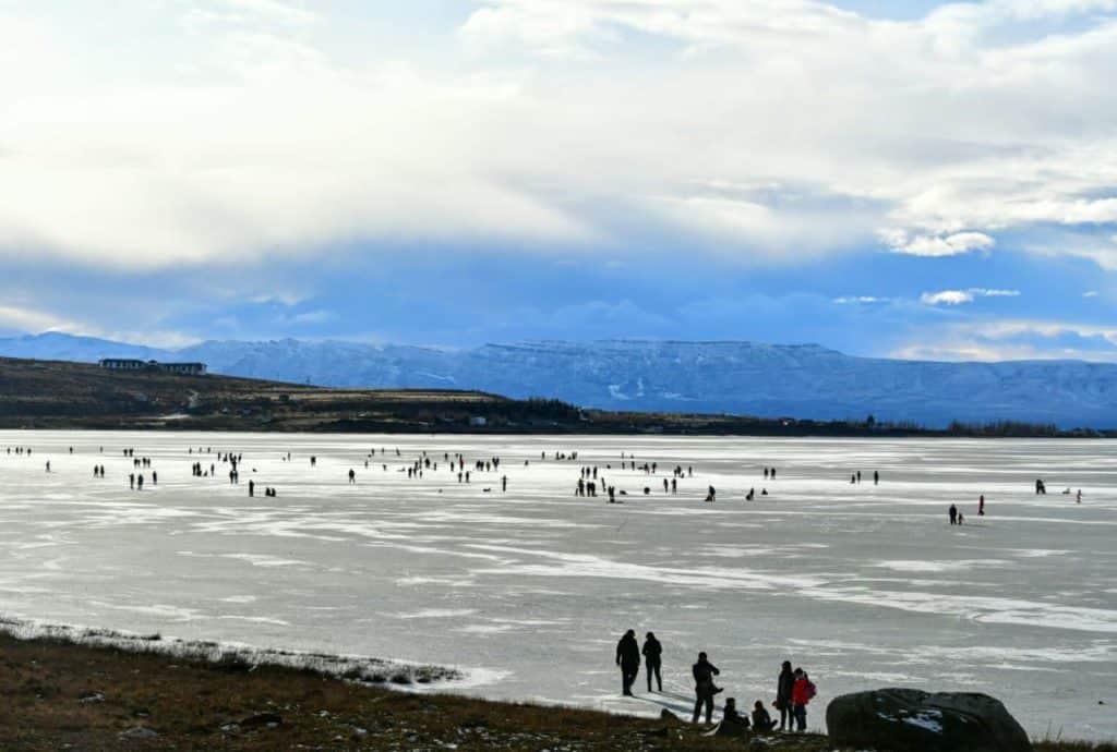 [Video] Por las bajas temperaturas, un lago en El Calafate se convierte en la pista de hielo más grande de Sudamérica
