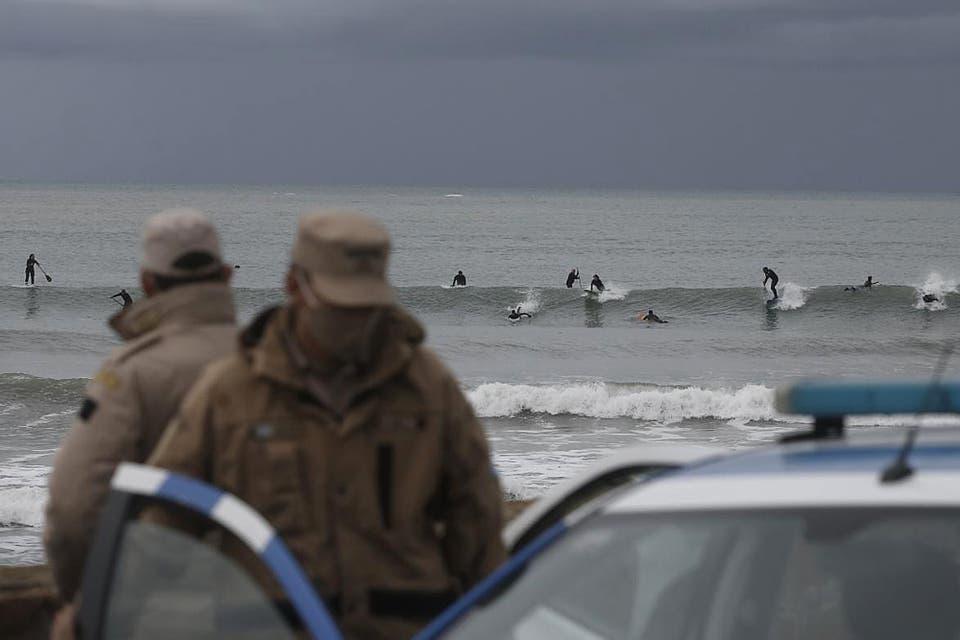 """""""Volver al mar"""": con una protesta en el agua, los surfers piden que se autorice la actividad en Mar del Plata"""