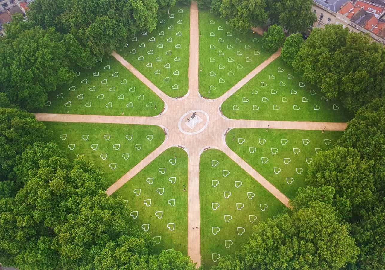 Los parques de Bristol se llenan de corazones para alentar a las personas a mantener el distanciamiento social 1
