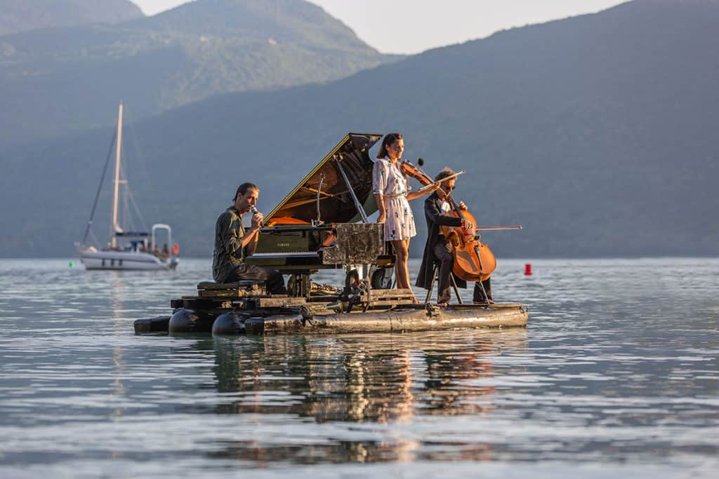 Conoce 'Piano du Lac', una propuesta de conciertos de piano sobre el agua que deslumbra a Europa