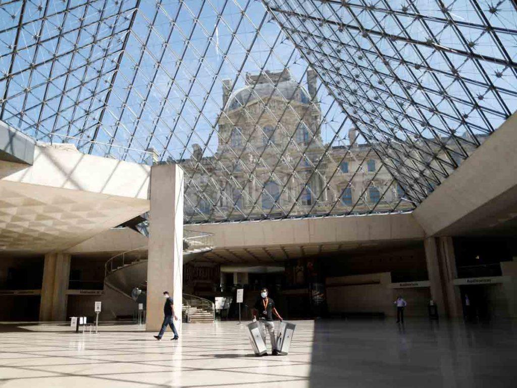 Museo del Louvre reabre al público